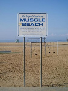 "Ill.foto- ""Muscle Beach sign"" by Charlie Brewer from Sydney, Australia - The old Muscle beach. Licensed under CC BY-SA 2.0 via Wikimedia Commons"